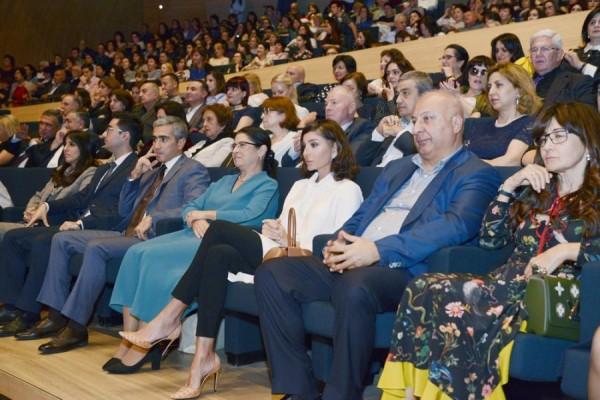Mehriban Əliyeva konsert izlədi - Fotolar