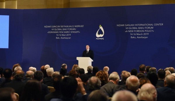 İlham Əliyev VII Qlobal Bakı Forumunda - FOTO