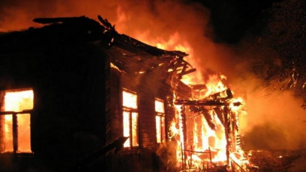 Paytaxtda 6 otaqlı ev yandı