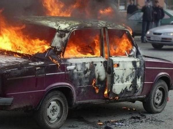 Ağstafada səsgücləndirici quraşdırılan avtomobil küçədə yandı