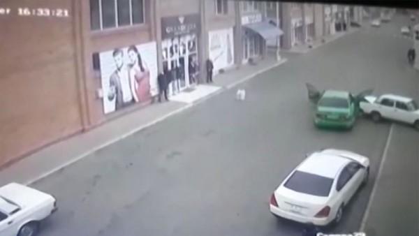 Gəncədə ŞOK HADİSƏ: Polislə silahlı qarşıdurmanın görüntüləri yayımlanıb - VİDEO