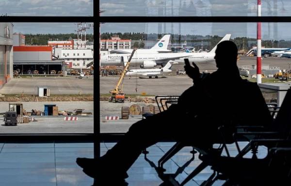 Ata iki oğlunu Şeremetevo hava limanında qoyub