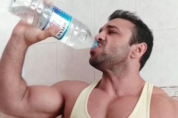 Azərbaycanlı aparıcı birnəfəsə litryarımlıq suyu içdi — VİDEO