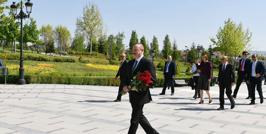 İlham Əliyev Ankaradakı Heydər Əliyev Parkında Ulu Öndərin abidəsini ziyarət edib