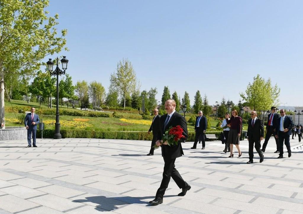 Prezident İlham Əliyev Ankaradakı Heydər Əliyev Parkında Ulu Öndərin abidəsini ziyarət edib - FOTO