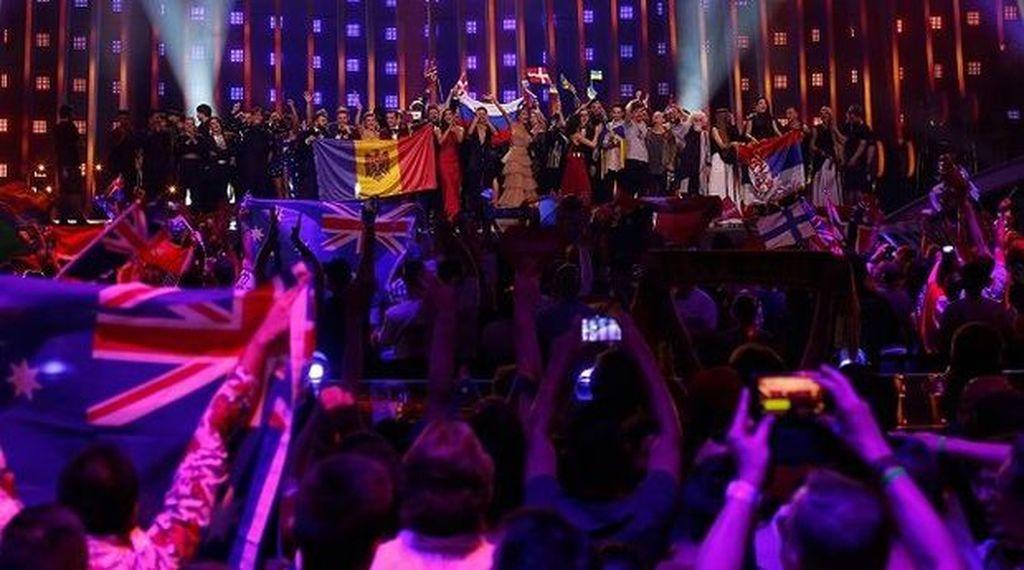 """""""Eurovision""""da naməlum şəxs müğənninin mikrafonunu əlindən alıb"""